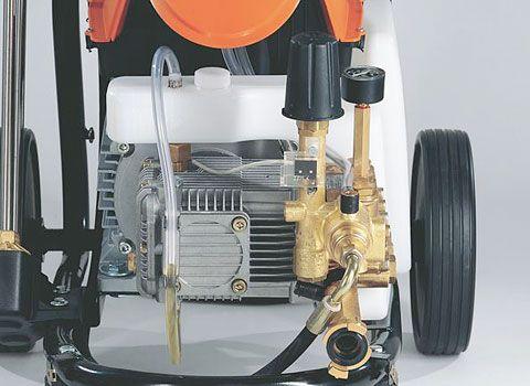 Низкооборотный двигатель и прочный латунный насос